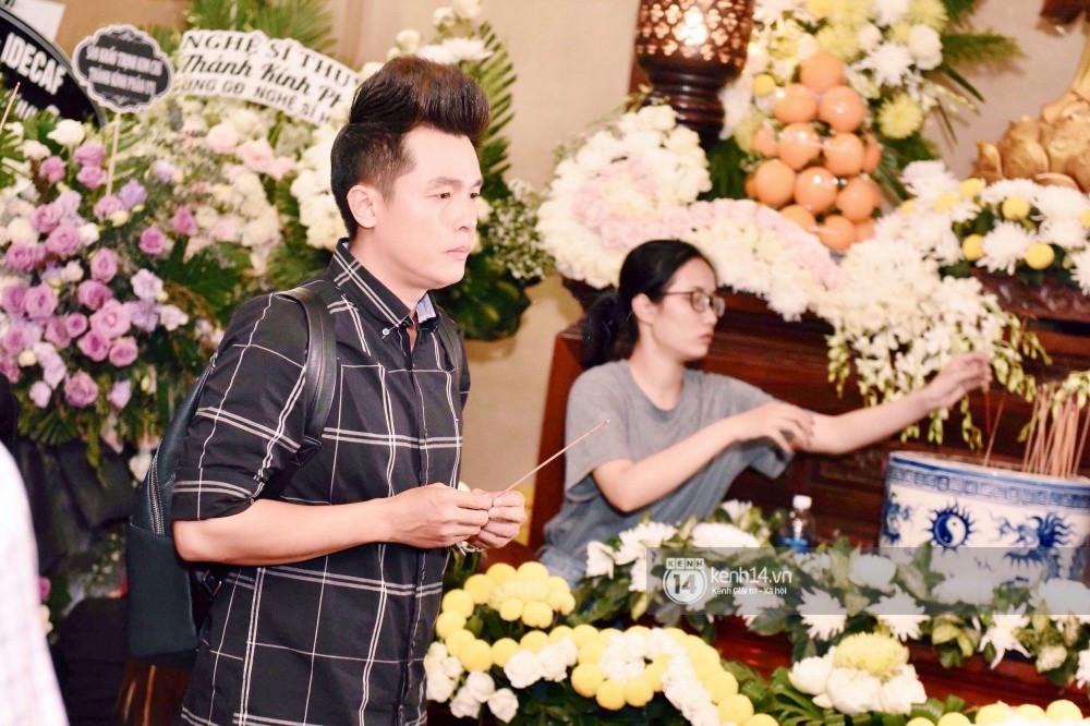 NSƯT Thành Lộc, Phương Thanh và các nghệ sĩ đến viếng diễn viên Anh Vũ trong đêm đầu tang lễ