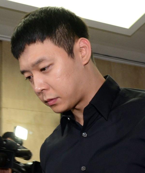 Ám ảnh kiện tụng từ vụ bê bối tình dục, Park Yoochun khóc ròng trong buổi họp báo giải oan: Tôi không bao giờ dùng ma túy!