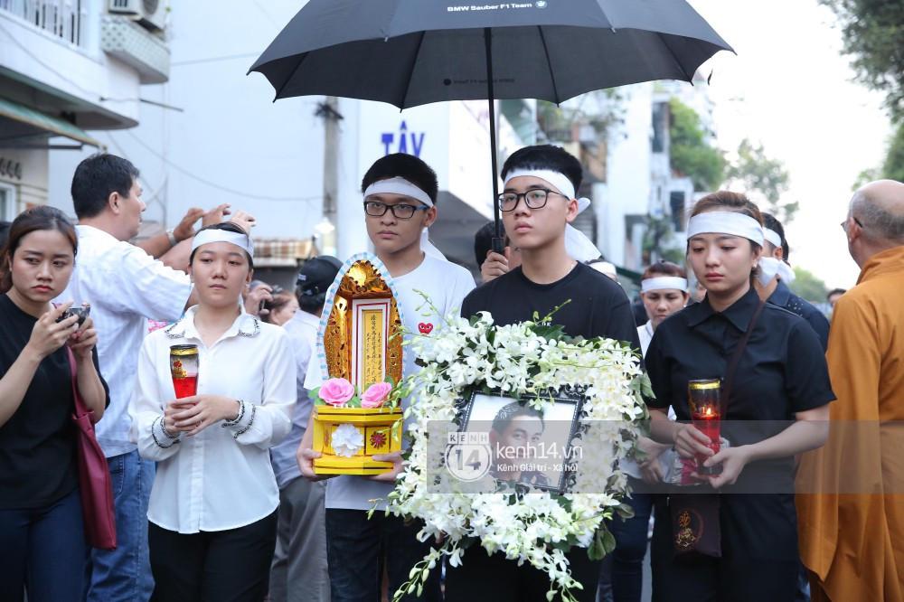 Bạn bè nghệ sĩ xúc động, bật khóc trước giờ tiễn biệt cố diễn viên Anh Vũ