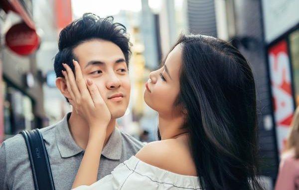 Có 1 Ông Cao Thắng yêu Đông Nhi nhiều như thế: Kiên nhẫn ngồi bên rọi đèn cho bạn gái livestream
