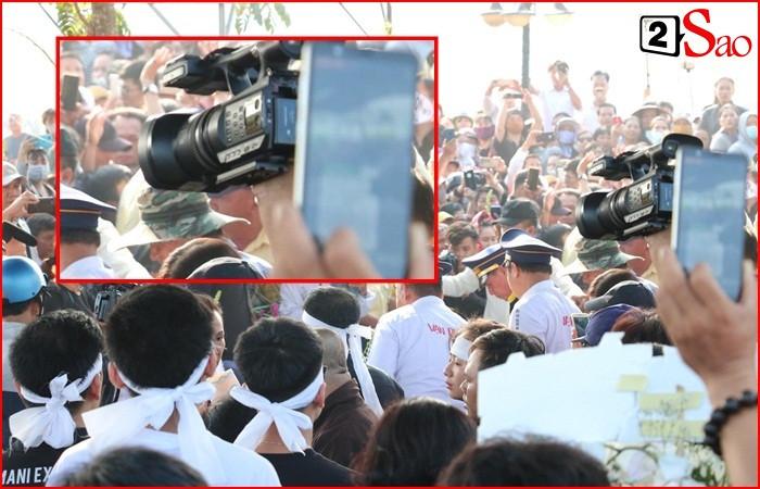 Phẫn nộ cảnh người dân giẫm đạp lên bia mộ, livestream khoảnh khắc linh cữu Anh Vũ hạ huyệt