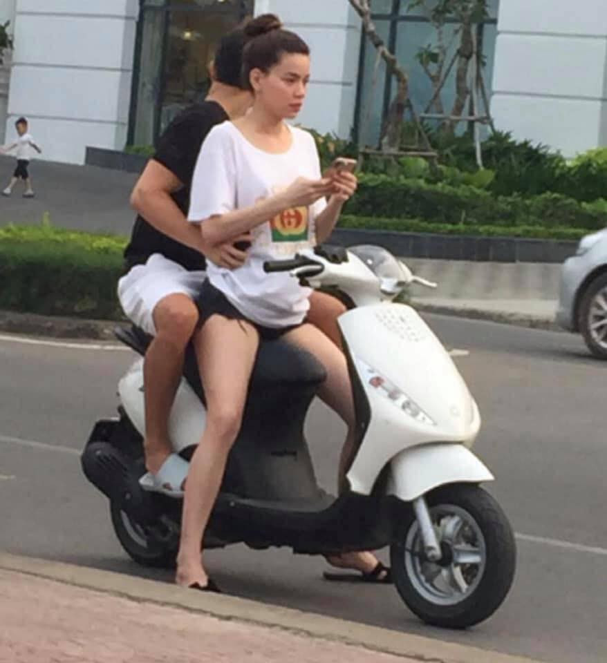 Hồ Ngọc Hà - Kim Lý tình tứ xuống đường bằng xe máy, dân mạng lập tức nhắc nhở: Thế mũ bảo hiểm đâu?
