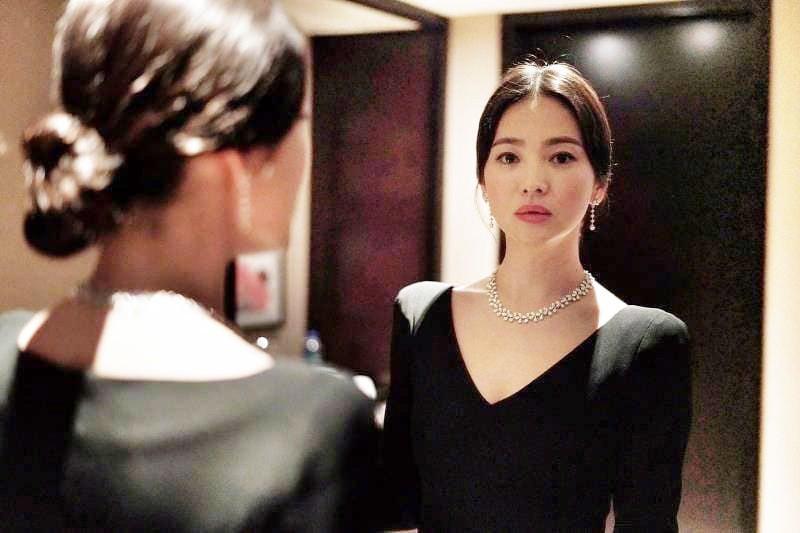Ảnh sự kiện bị chê tơi tả vì dừ, Song Hye Kyo gây náo loạn vì ảnh hậu trường đỉnh cao như tác phẩm nghệ thuật