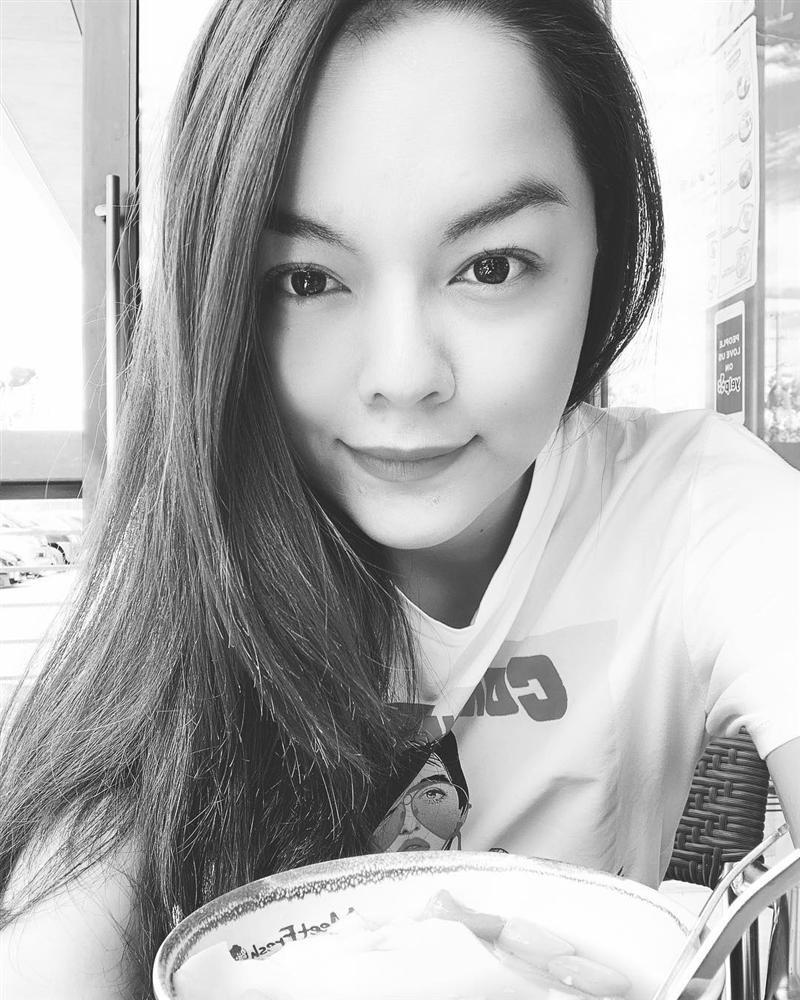 Văn Mai Hương nhí nhảnh tạo dáng với chân gà khi lê la ăn vặt vỉa hè, Sơn Tùng gây thương nhớ với vẻ ngoài điển trai