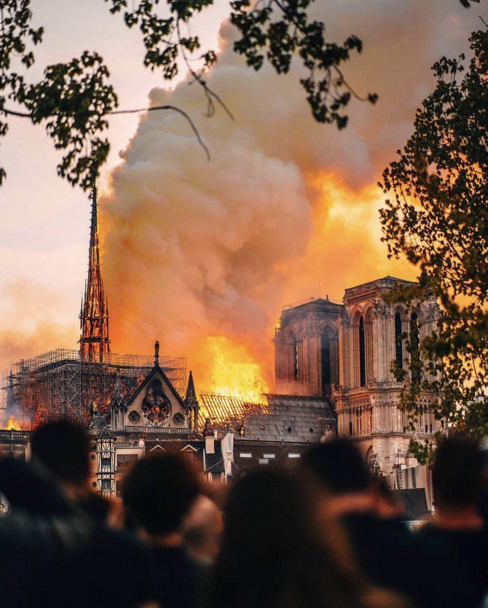 Nghệ sĩ thế giới bàng hoàng trước vụ Nhà thờ Đức Bà Paris bốc cháy: Cảm thấy bất lực khi chứng kiến cảnh tượng này