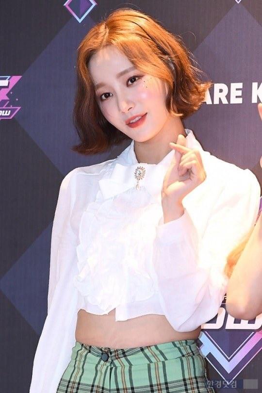 Momoland hết lần này đến lần khác hớ hênh, giờ đến lượt Yeonwoo mặc quần ngắn bó chẽn tại sự kiện