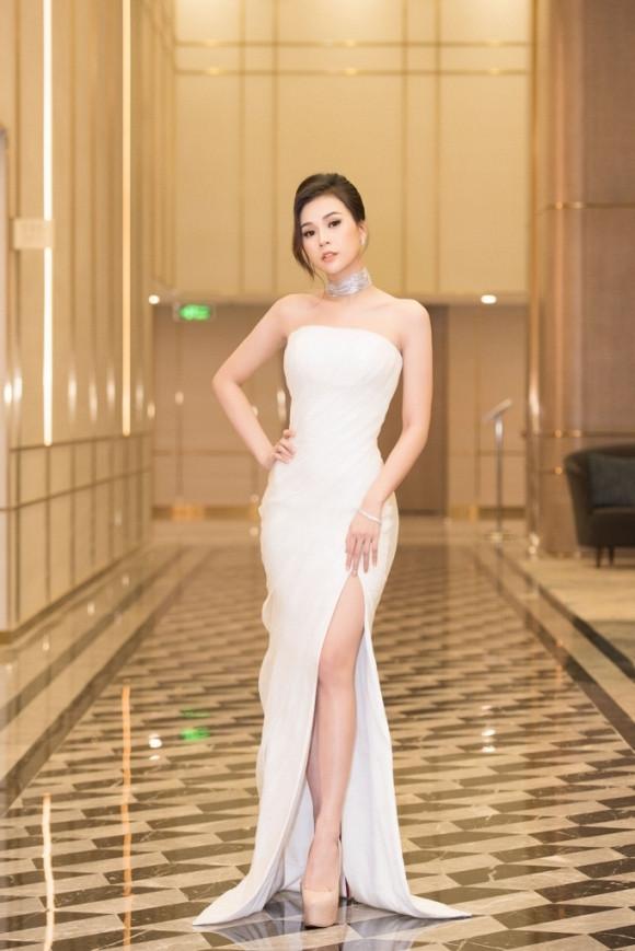 Cứ diện váy áo tông trắng từ Đặng Thu Thảo, Hương Giang đến Đông Nhi đều chinh phục khán giả