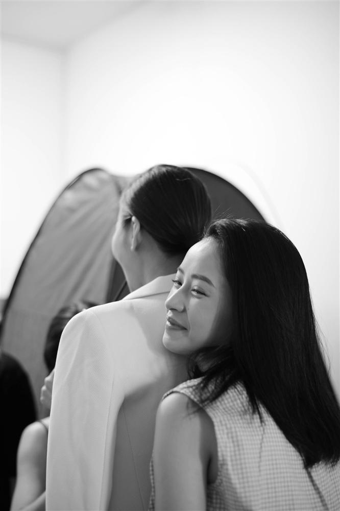 Lộ ảnh Chi Pu ngồi trong lòng Thanh Hằng: Gái đẹp đã hiếm lại còn yêu nhau?