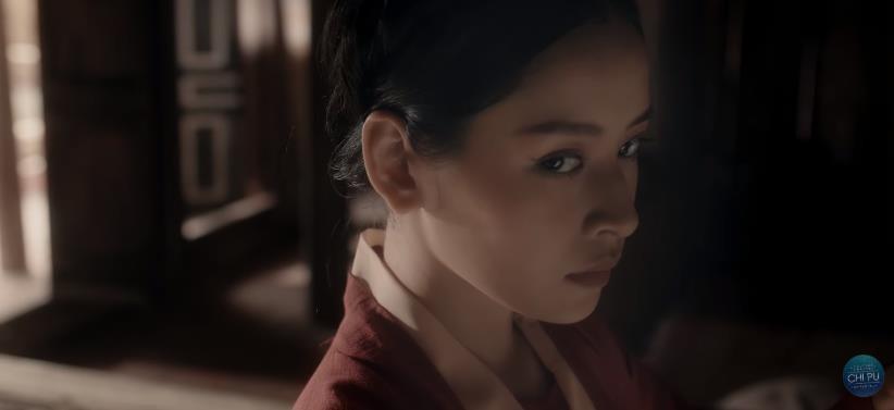 Bắt gặp 3 thuyết âm mưu trong MV Anh Ơi Ở Lại: Chi Pu chơi lớn mời Lisa (Black Pink) làm cameo?