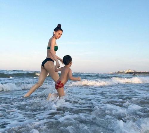 Hồ Ngọc Hà đốt cháy mạng xã hội với những đường cong hoàn mỹ khi mặc bikini
