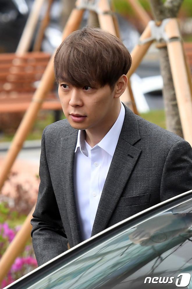 Yoochun chính thức bị bắt vì tội sử dụng chất cấm: Khi đến tươi tỉnh khi về tiều tuỵ, tay bị còng và trói bằng dây thừng