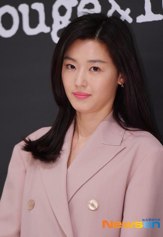 Mợ chảnh Jeon Ji Hyun gây náo loạn vì nhan sắc cực phẩm tại sự kiện, nhưng netizen lại chỉ chú ý đến chiếc nhẫn