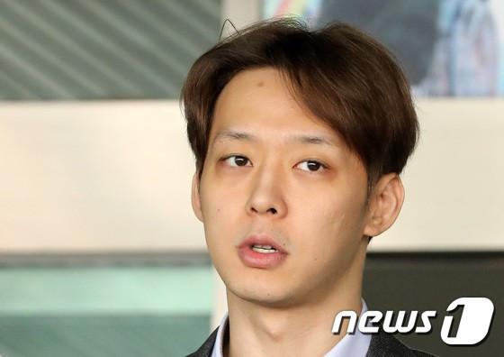 Yoochun đích thân thừa nhận nói dối với gương mặt vô cảm, bị trói chặt và giải đến văn phòng công tố