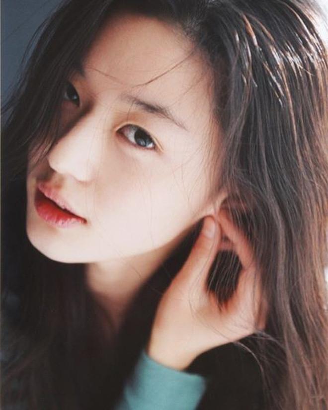 Đẳng cấp nhan sắc của vợ chồng Jeon Ji Hyun: Vợ là nữ thần mặt mộc, khí chất như bà hoàng, chồng xứng danh nam thần giới tài phiệt