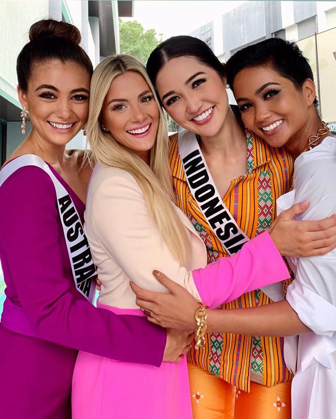 Ôm chầm HHen Niê khi hội ngộ, bạn thi Miss Universe 2018 khen ngợi: Cô ấy là một ngôi sao