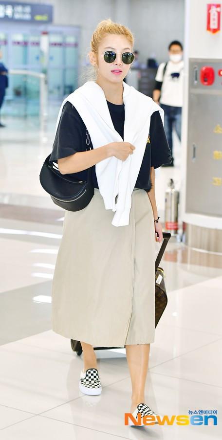 Dàn trai xinh gái đẹp nhà SM đổ bộ sân bay: Yoona lộ đôi chân cong kém sắc, Sehun như rich kid bên Chanyeol