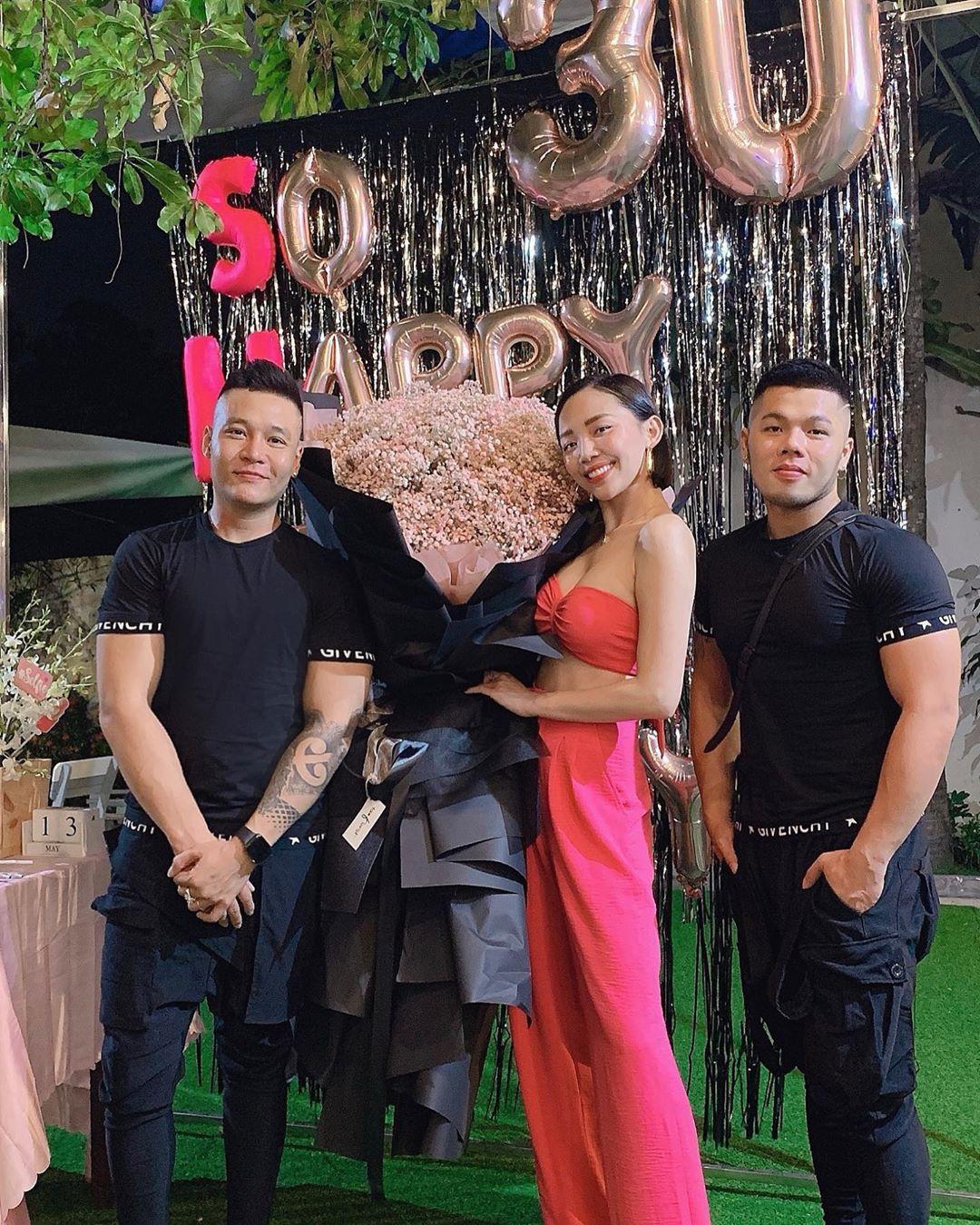 Tóc Tiên mở tiệc All pink cùng hội hot girl đình đám, chính thức gia nhập hội mỹ nhân chạm ngõ 30 của Vbiz