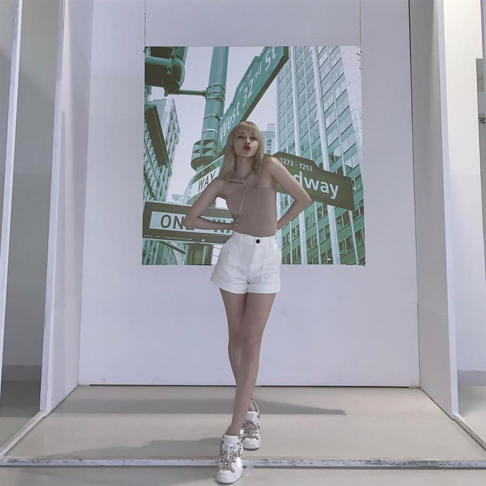 STREET STYLE giới trẻ: Chi Pu - Quỳnh Anh Shyn siết eo nhỏ đến ngỡ ngàng với mốt áo corset