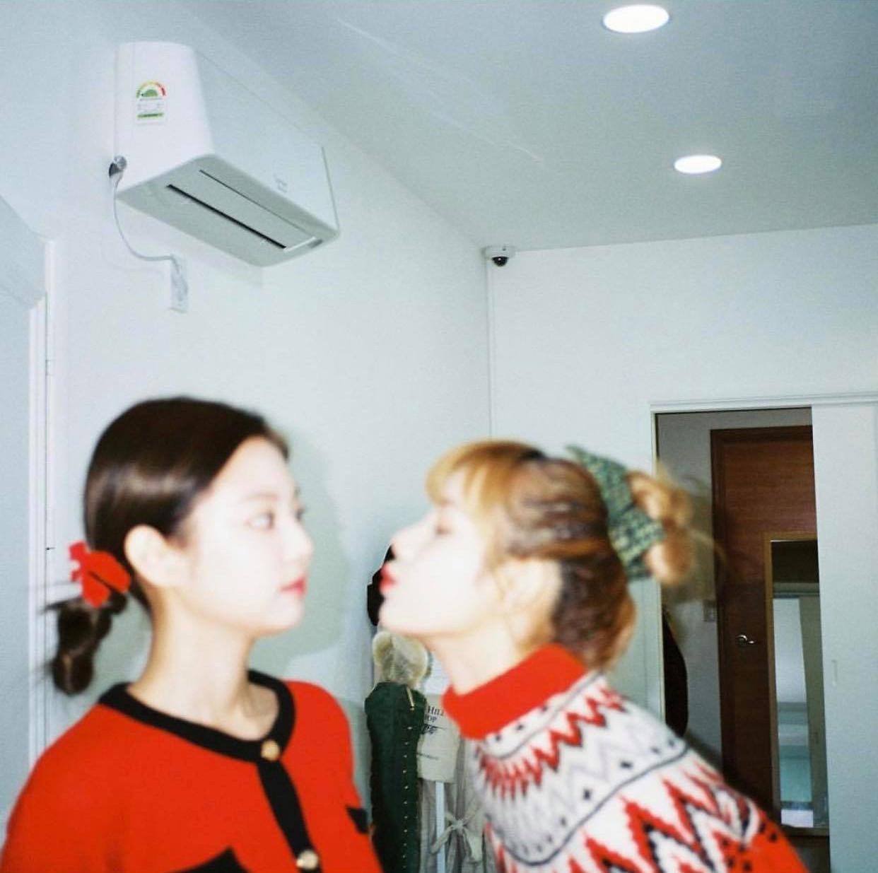 Có nữ idol nào như Jennie: Chẳng thèm giữ gìn hình tượng, toàn đăng ảnh tạo dáng khó hiểu tặng meme cho fan chế