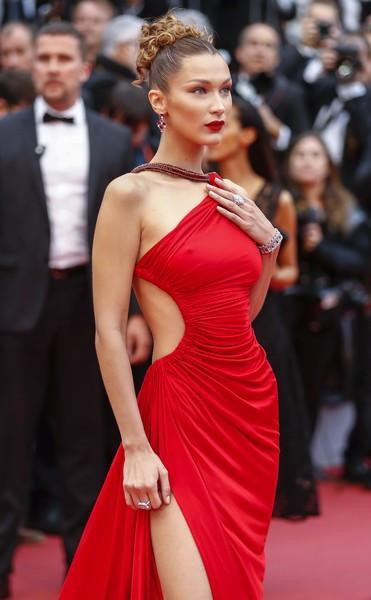 Ngày 4 Cannes: Bella Hadid diễn sâu hết cỡ bên Hoa hậu Thế giới trội nhất thảm đỏ, Thánh lố hoa lá hẹ xuất hiện