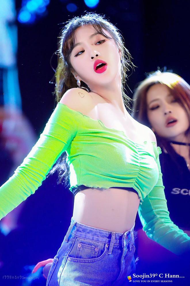 Nữ idol vừa ra mắt 1 năm đã gây sốt: Body chuẩn từng milimet chẳng kém Lisa, thần thái đọ với Jennie (BLACKPINK)