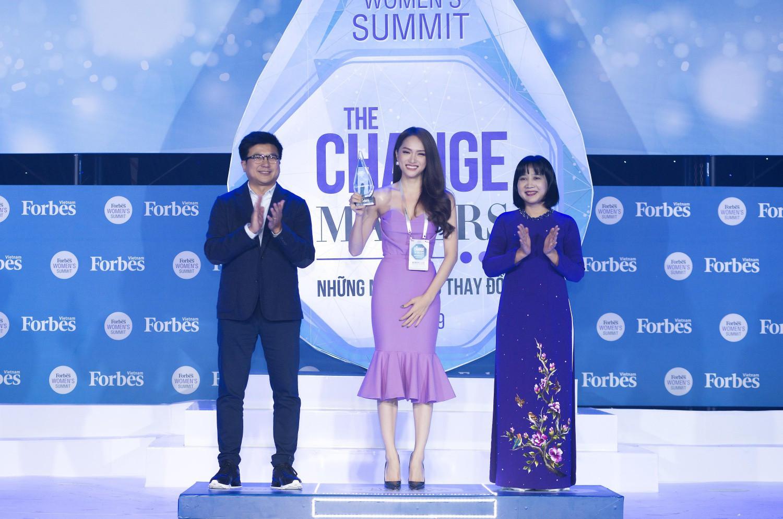 Hương Giang diện váy ôm sát gợi cảm, nhận giải Top 50 Phụ nữ ảnh hưởng nhất Việt Nam