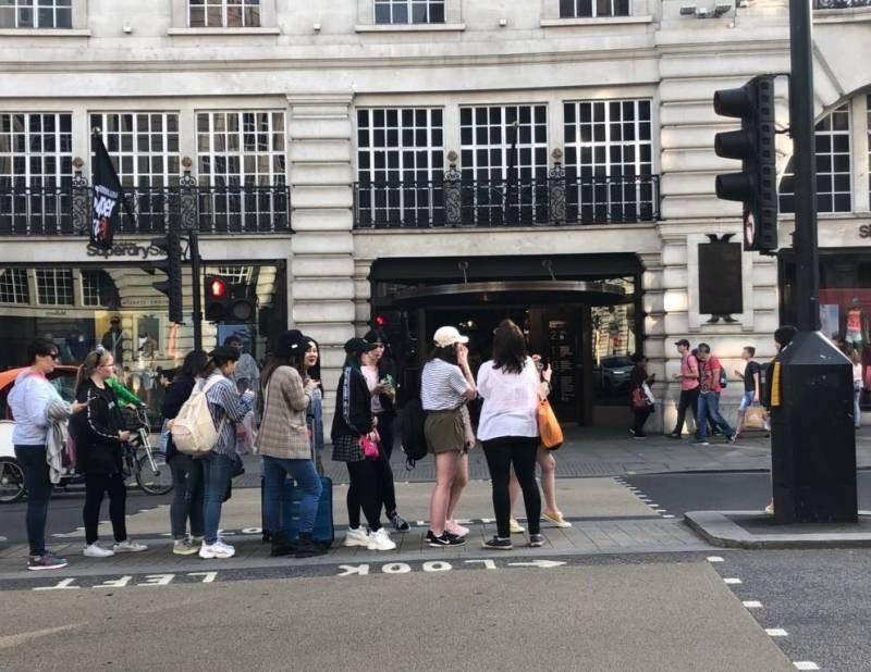 Rợn tóc gáy cảnh fan châu Âu đông như kiến thầu kín Quảng trường Piccadilly ở London để chờ BTS trước show lịch sử