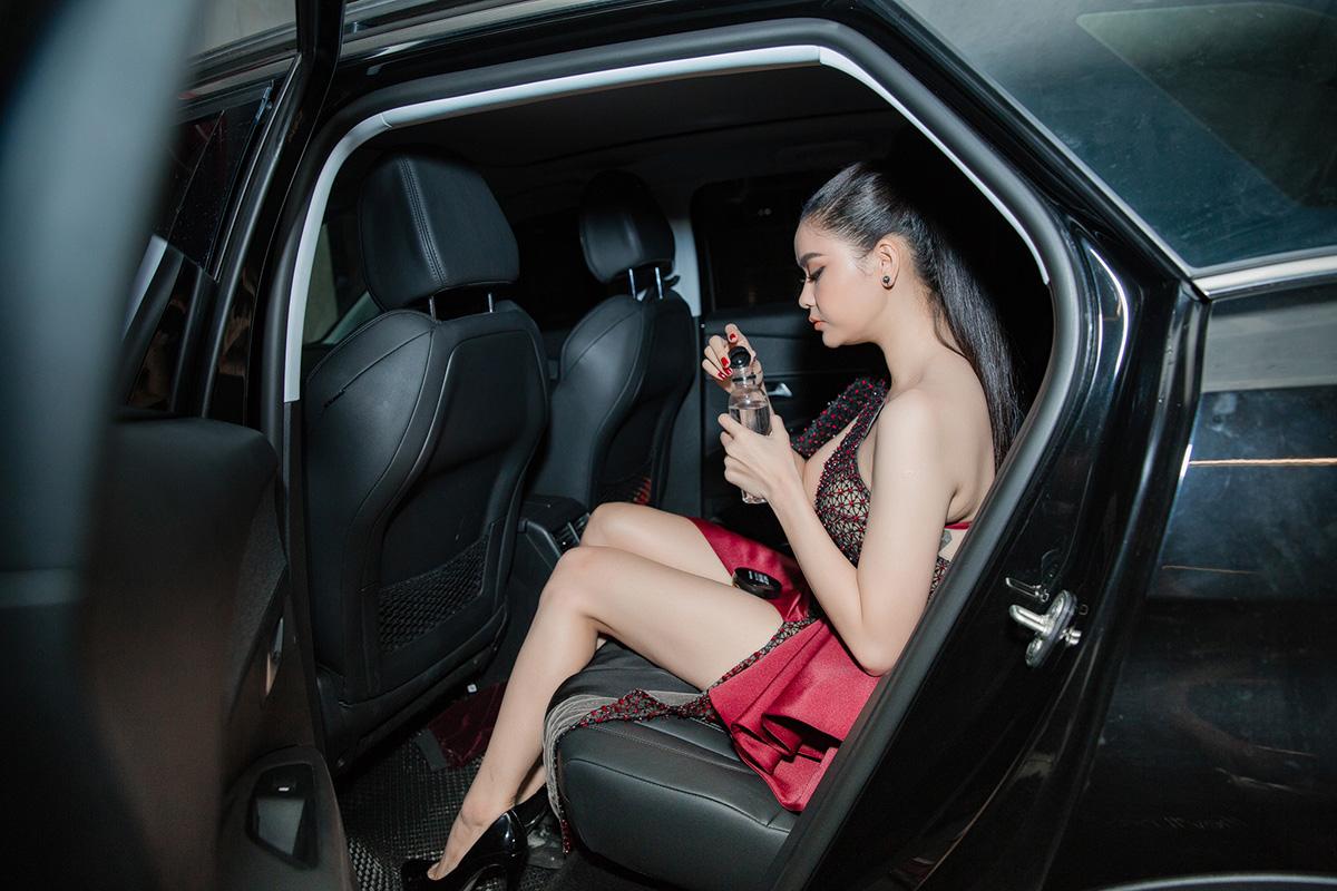 Diện đầm Đỗ Long, Trương Quỳnh Anh khoe vai trần nõn nà cùng chân dài thẳng tắp