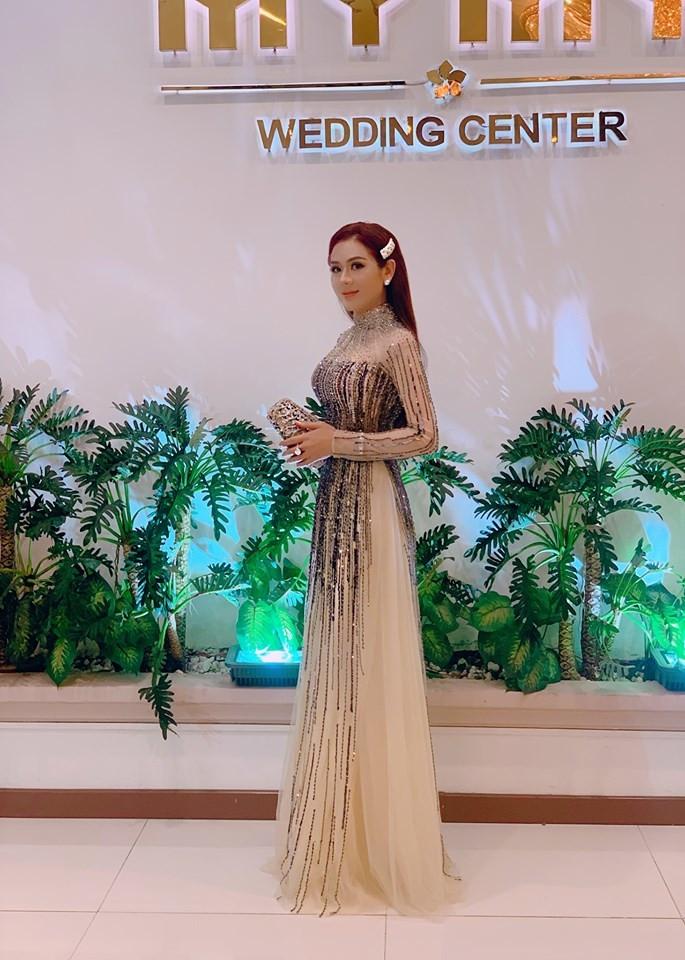 Lâm Khánh Chi diện áo dài, đeo nhẫn kim cương khủng đi đám cưới cùng ông xã kém 8 tuổi
