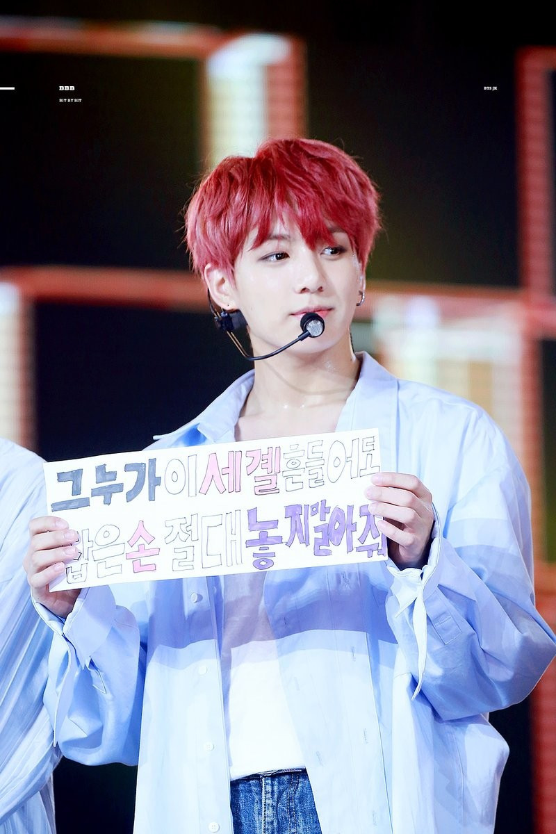 Ông bố trong mơ của mọi fan Kpop: Con đi thi đại học, bố cầm hẳn hình idol đi đón để đỡ lạc con