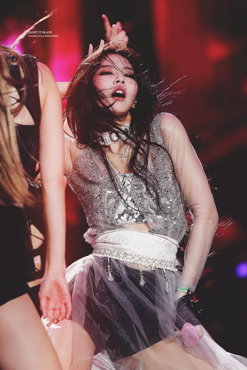 Vắng Jennie giữa chừng, các thành viên BLACKPINK đã chữa cháy loạt sân khấu như thế nào?