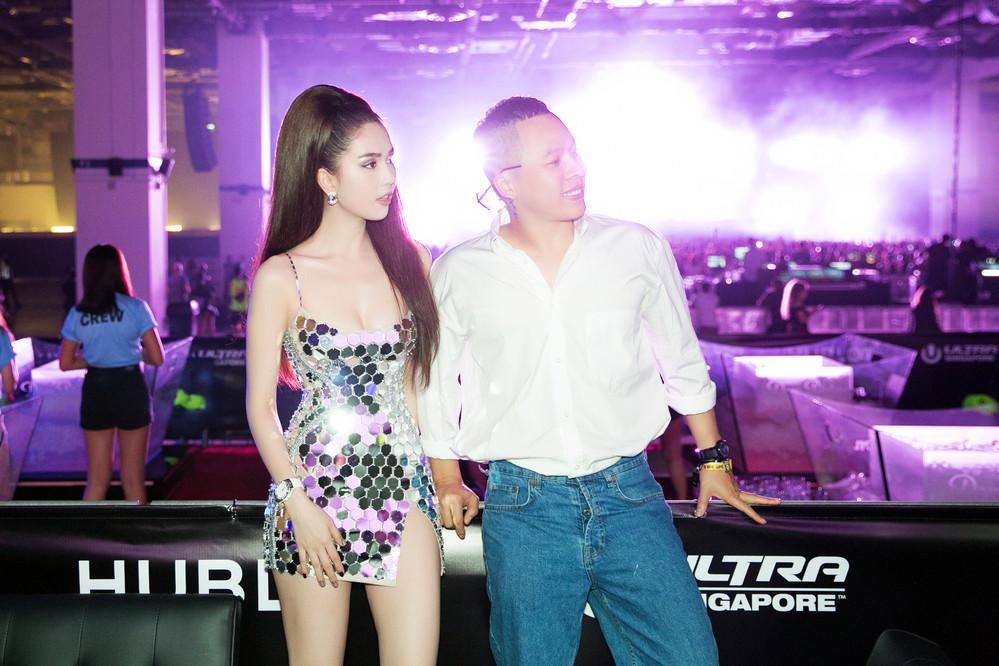 Ngọc Trinh tiếp tục diện váy siêu ngắn, khoe đường cong quyến rũ ở Singapore