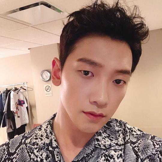 Ông chú 38 tuổi Bi Rain đăng ảnh selfie đầy trẻ trung nhưng vẫn bị netizen Hàn khẩu nghiệp ví như... con muỗi