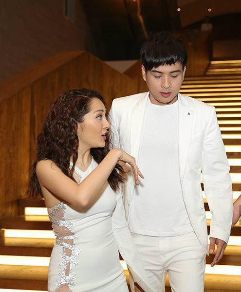Dương Triệu Vũ khéo léo che chàng trai ngồi kế Bảo Anh nhưng fan vẫn khẳng định đích thị là Hồ Quang Hiếu