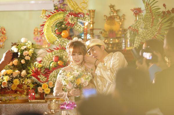 Nhọ như Cris Phan: Đăng ảnh cưới tình cảm, toàn bị BB Trần, Huy Cung vô hỏi Ủa không chơi 3D nữa hả anh?