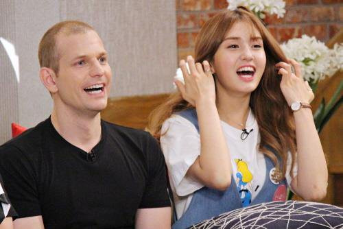 Những ông bố của loạt idol Kpop từng gây bão mạng: Không visual đỉnh thì cũng quá giàu, bố Lisa còn nổi tiếng thế giới