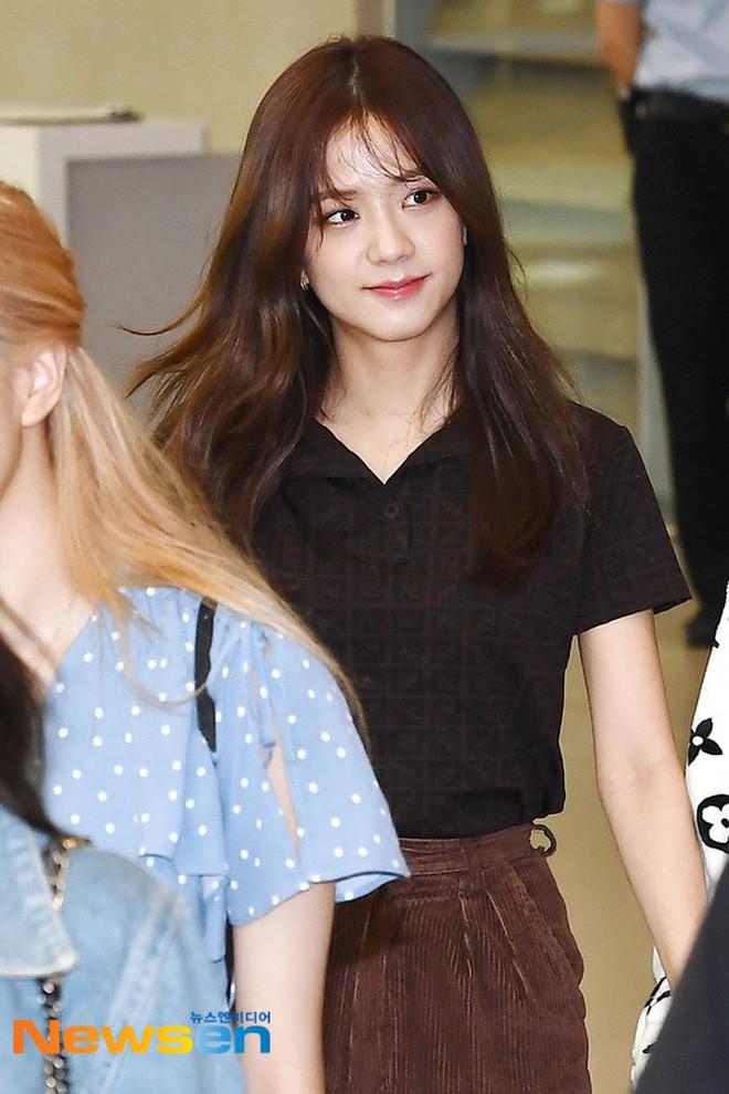 3 girlgroup đọ sắc cực hot tại sân bay: Jennie (BLACKPINK) nhợt nhạt, Tzuyu cười cứng đờ, may có Lisa kéo lại
