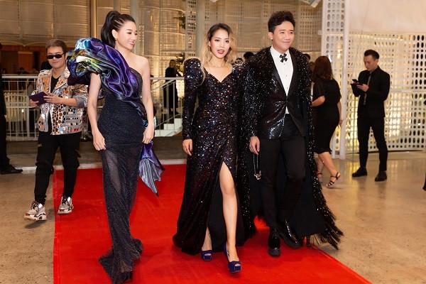 Trấn Thành - Hari Won diện trang phục sequin lộng lẫy như ông hoàng bà chúa