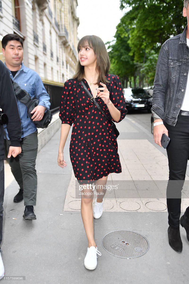 Chưa đi sự kiện, em út BLACKPINK đã khiến nhiếp ảnh gia Paris náo loạn chỉ vì... dạo phố mà như chụp tạp chí