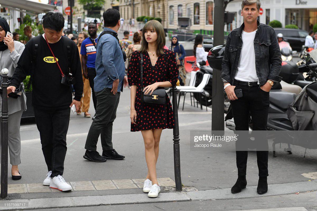 Từ sân bay tới đường phố, Lisa (BlackPink) gây bão với trang phục giản dị nhưng ai dè lại siêu đắt