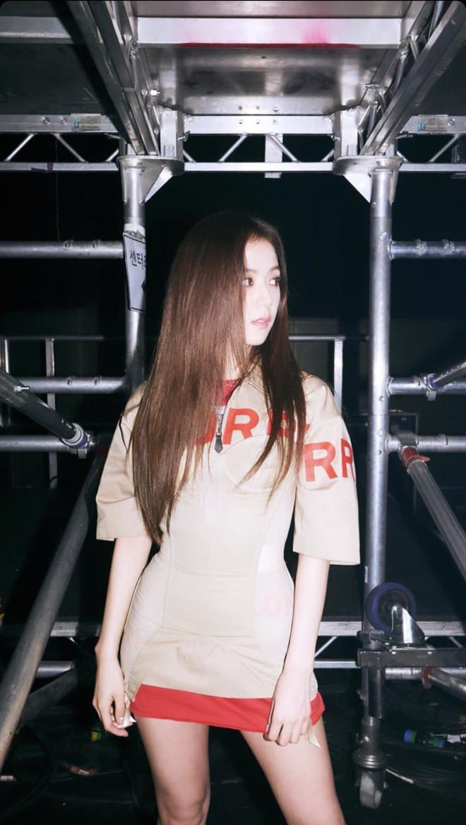 Cùng diện chung đồ hiệu với Cardi B,  Jisoo đẹp lấn át hoàn toàn nữ rapper hot nhất thế giới