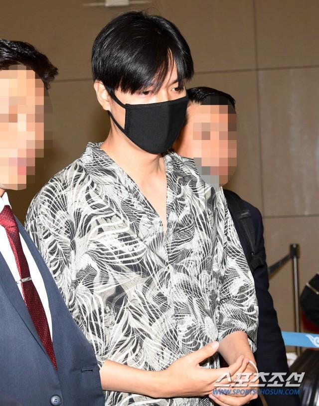 Dàn sao Hàn đổ bộ sân bay sau sự kiện ở Paris: Lisa đẳng cấp khoe eo siêu nhỏ, Lee Min Ho gây choáng với mặt mộc