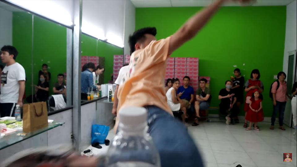 Bắt kịp trend, dàn sao Việt hào hứng thực hiện Thử thách xoay người đá nắp chai