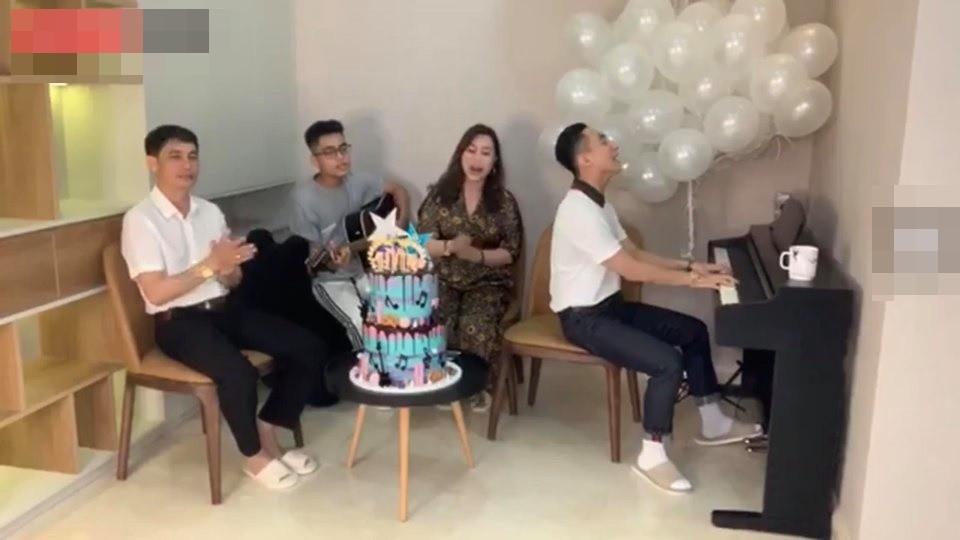 Mừng sinh nhật tuổi 25 Sơn Tùng tự đàn piano, em trai đánh guitar quây quần bên gia đình