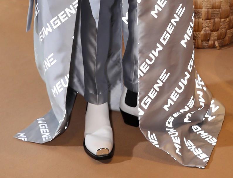 Diện đến đôi giày gót cao gần cả tấc, ấy thế mà không thể giúp Đức Phúc cân nổi chiếc áo khoác siêu to khổng lồ