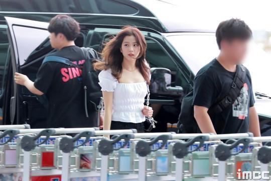 Sân bay náo loạn vì màn đọ sắc giữa BLACKPINK và girlgroup hot nhất nhà CUBE: Jennie khoe body đỉnh cao, Jisoo đè bẹp dàn mỹ nhân