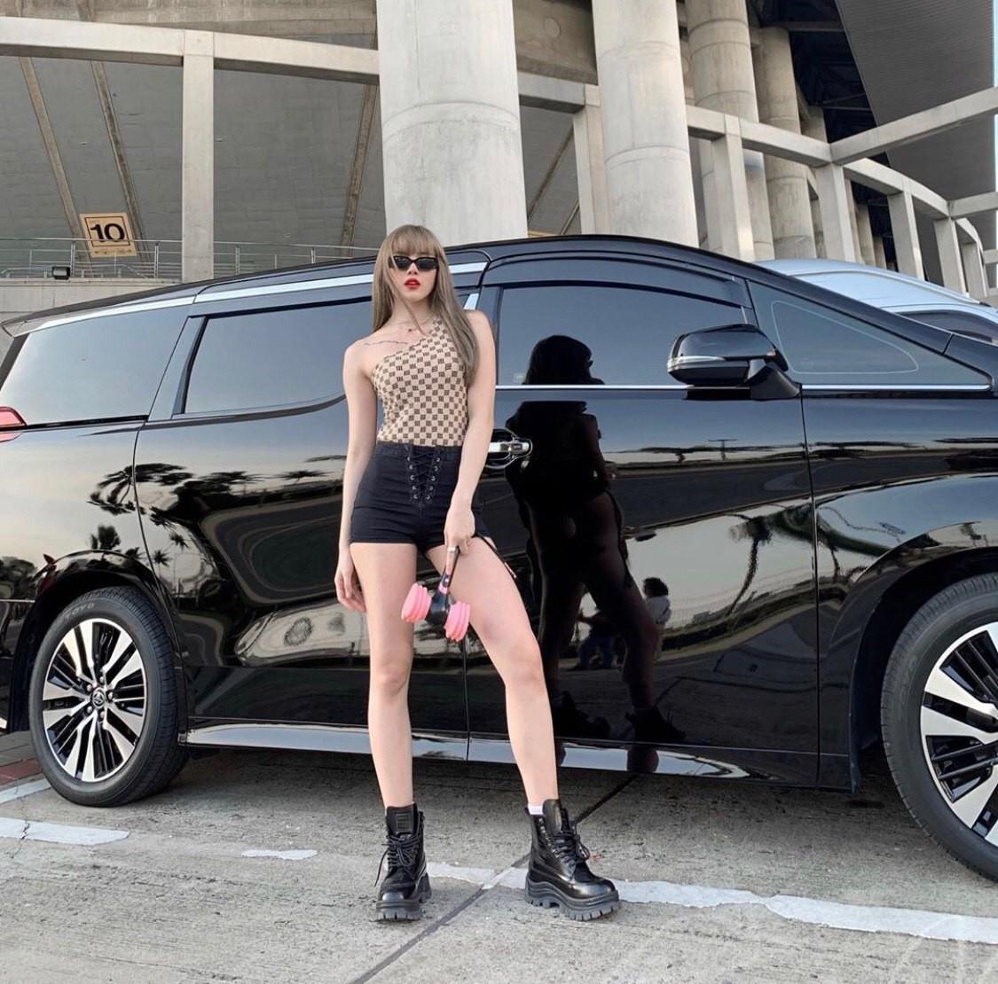 Dàn sao Vbiz rủ nhau sang Thái xem show BLACKPINK, ngỡ ngàng với nhan sắc giống Lisa của Thiều Bảo Trâm đặc biệt gây chú ý