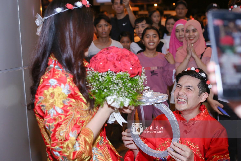 Đông Nhi - Ông Cao Thắng tổ chức đám cưới có 1-0-2 ở sân bay sau màn cầu hôn tại Mỹ nhưng CĐM chỉ chú ý vào chiếc nhẫn siêu to khổng lồ trị giá khủng