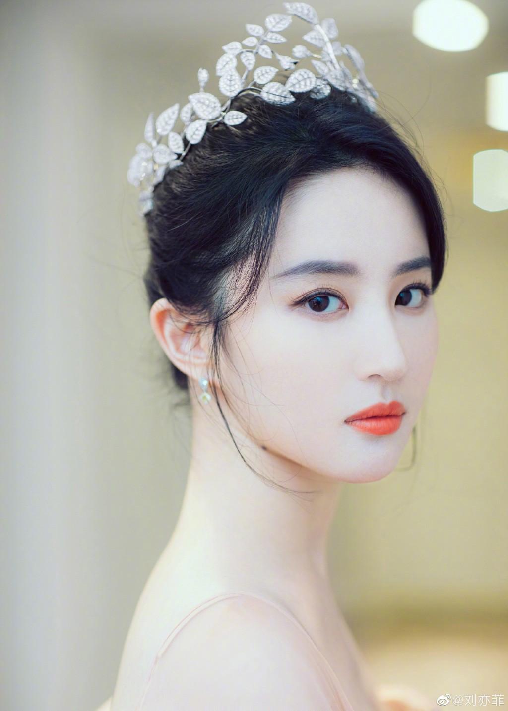 Thoát vai Mộc Lan bụi bặm và mạnh mẽ, Lưu Diệc Phi trở về đúng chất công chúa sang chảnh kiêu kỳ gây mê