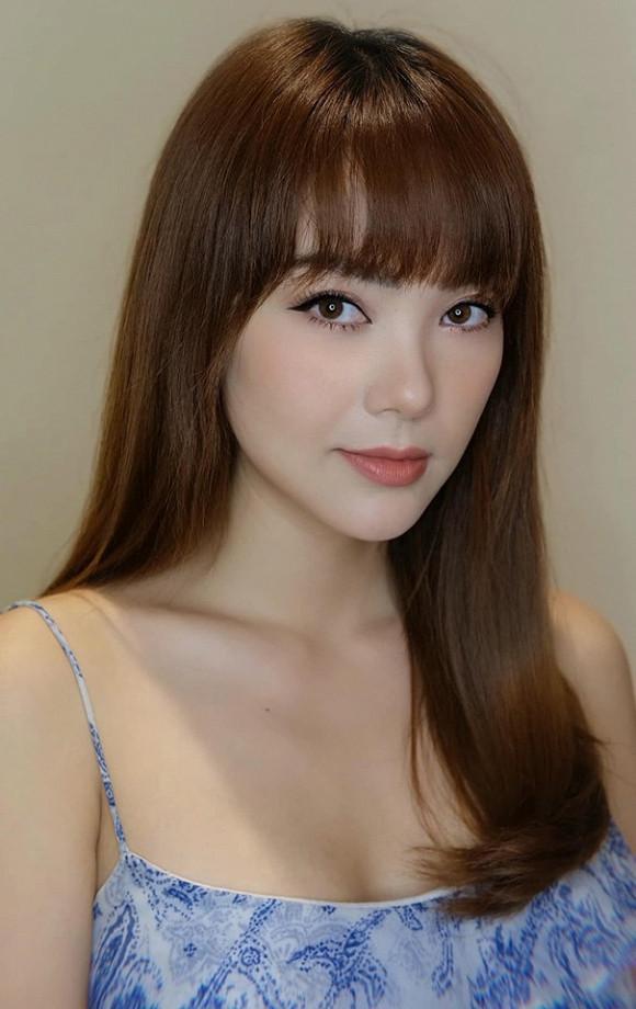 Chỉ cần một bộ tóc giả mà cô giáo Duy Khánh lại giống như chị em sinh đôi với Minh Hằng đến ngỡ ngàng